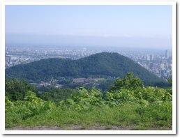 円山の向こうが札幌の街並